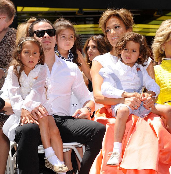 Дженнифер Лопес с двумя детьми и бойфрендом Каспером Смартом Фото: Еlle