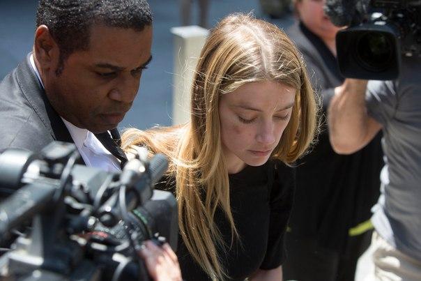 Эмбер Херд после рассмотрения заявления в суде Фото: Reuters