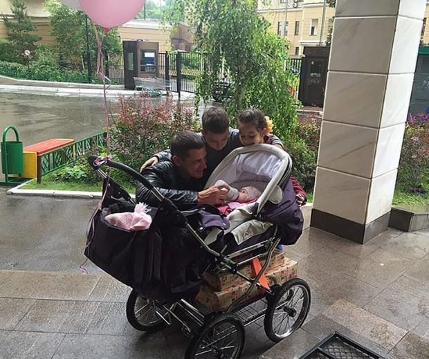 Курбан Омаров опубликовал первое фото с дочерью Фото: Инстаграм