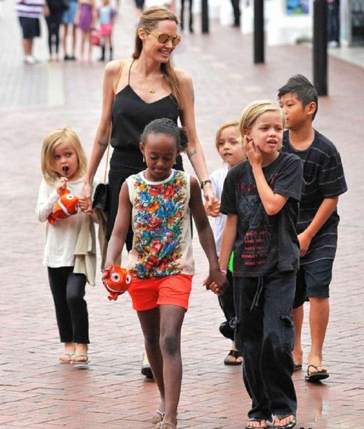 Анджелина Джоли с близнецами Ноксом и Вивьен, дочерями Шайло и Захарой и сыном Паксом после посещения океанариума в австралийском Сиднее Фото: Bulls Press
