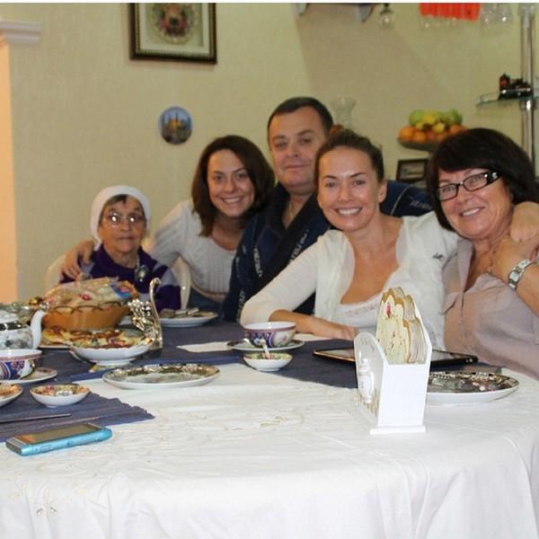 Жанна Фриске с родителями, родной сестрой Натальей и бабушкой Фото: Инстаграм