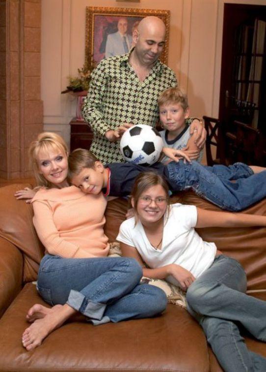 Певица Валерия стретьим супругом Иосифом Пригожиным и детьми Фото: ua3000.info