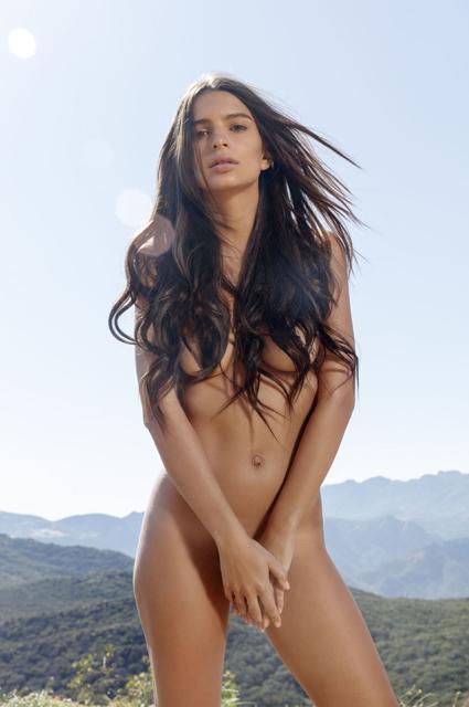 Эмили Ратаковски показала фигуру без нижнего белья Фото: Harper's Bazaar