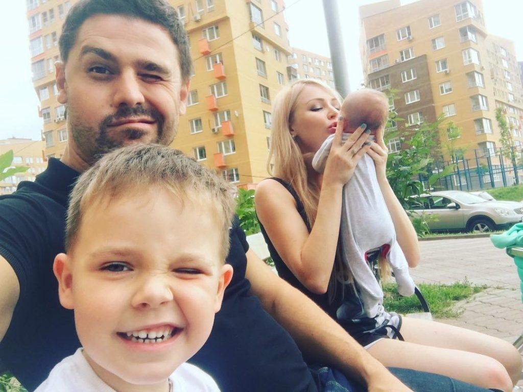 Сергей Пынзарь с супругой Дарьей и двумя детьми отправились в Крым Фото: Инстаграм