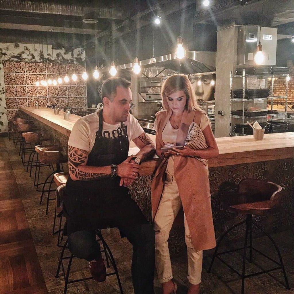 Ксения Бородина обсуждает с шеф-поваром новые идеи для своего ресторана Фото: Инстаграм