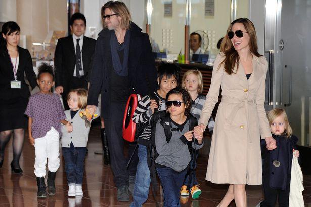 Анжелина Джоли и Бред Питт с семьёй Фото взято с сайта www.mirror.co.uk