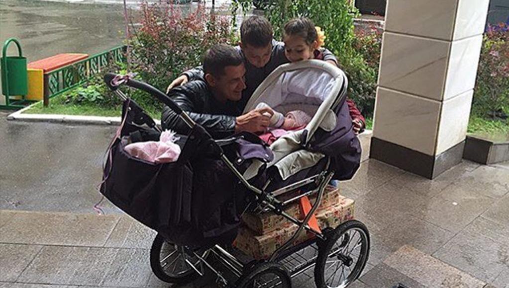Курбан Омаров и дети. Фото с сайта video-doma2.ru