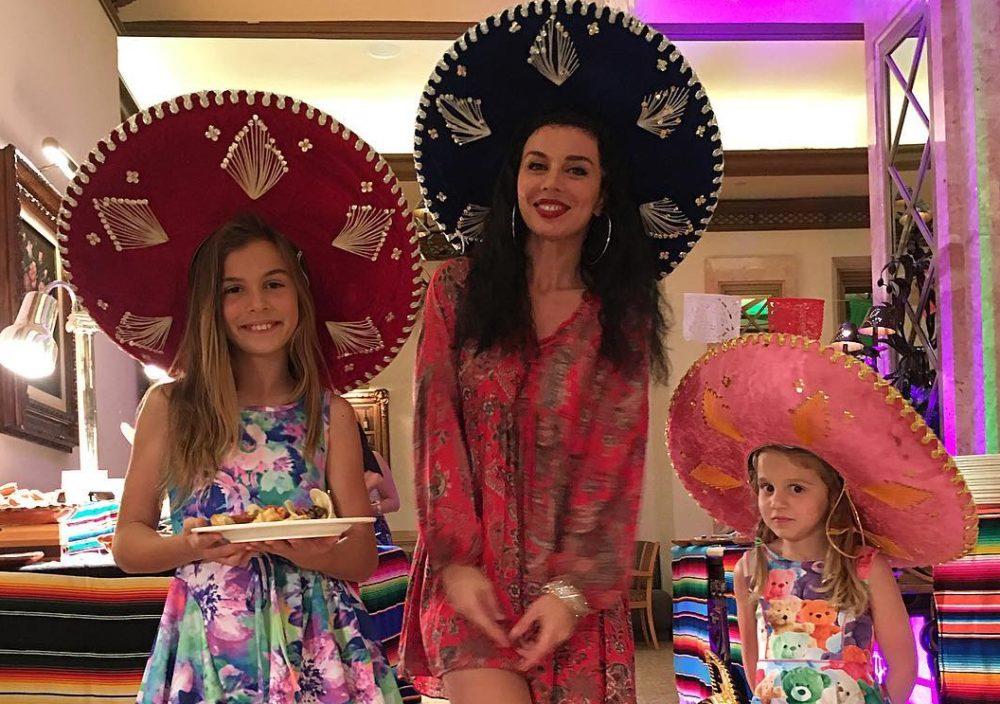 Анна Седокова с дочерьми. Фото с сайта ivona.bigmir.net