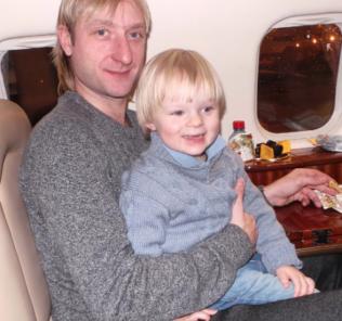 Сын Яны Рудковской и Евгения Плющенко первый раз побывал на хоккее