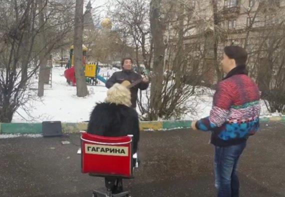 Полина Гагарина выбрала участника для «Голоса» на улице в Москве