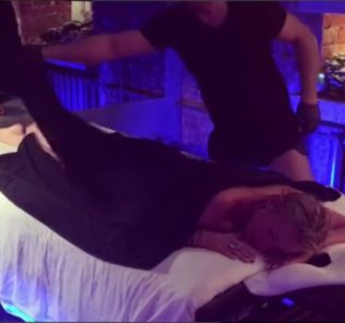 Видео: Анастасия Волочкова опробовала огненный массаж