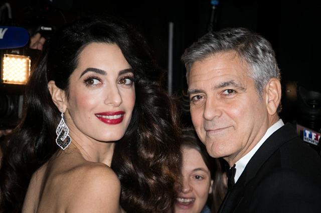 Беременная Амаль Клуни пугает своего мужа и подруг