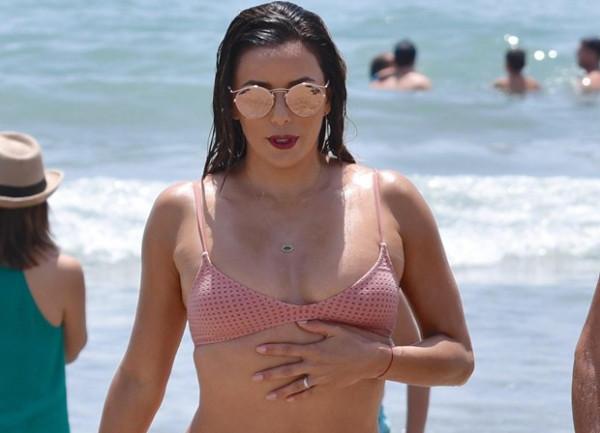 Ева Лонгория похвасталась пышными формами на пляже в Испании