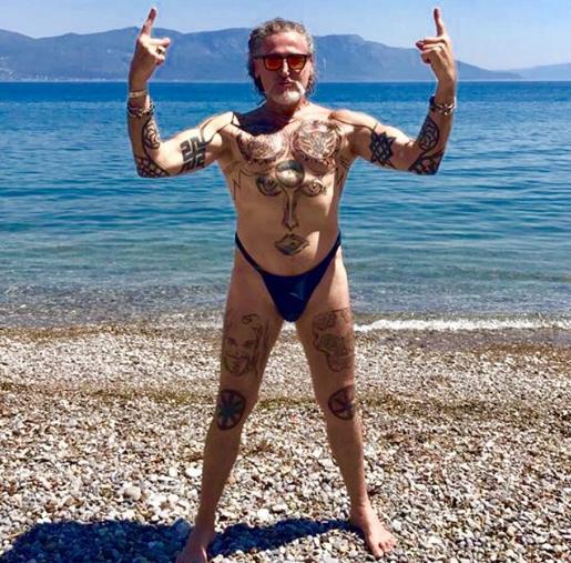 Снимки 56-летнего Джигурды в стрингах высмеяли в Сети