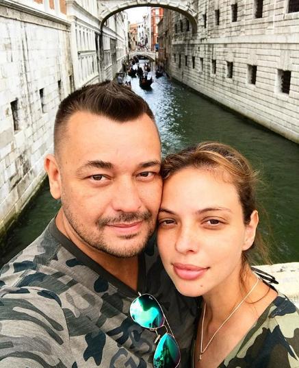Российский певец обвенчался с многодетной матерью