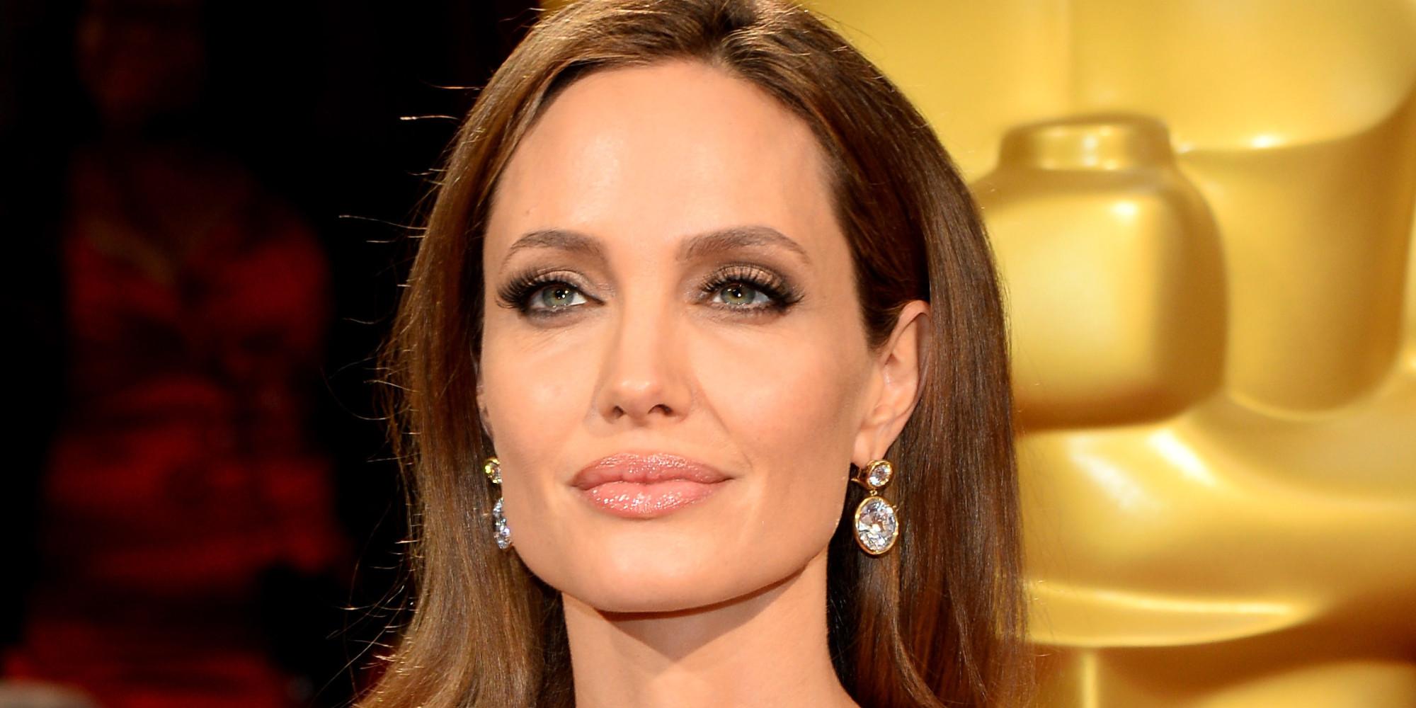 Анджелина Джоли без нижнего белья продолжает покорять публику