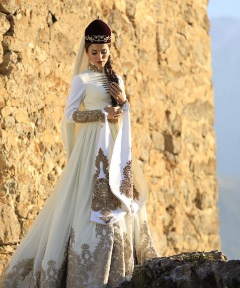 Сати Казанова показала второе свадебное платье