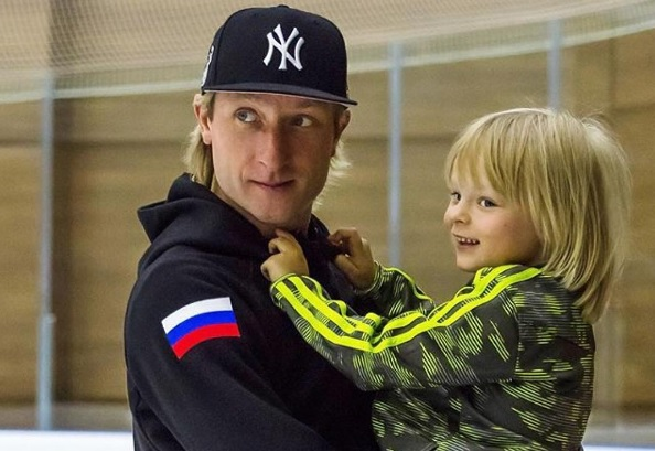 Евгений Плющенко выступил вместе с 4-летним сыном на юбилейном шоу