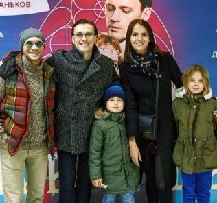 Сергей Безруков посетил ледовое шоу Ильи Авербуха в компании Анны Матисон и старших детей