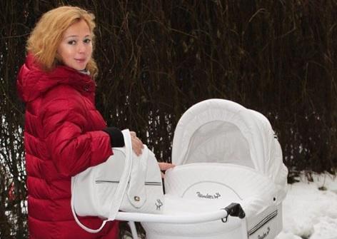 Елена Захарова показала фото с первой прогулки с дочерью