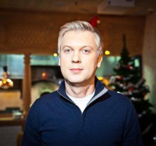 «Все такие голодные»: Сергей Светлаков накормил животных контактного зоопарка