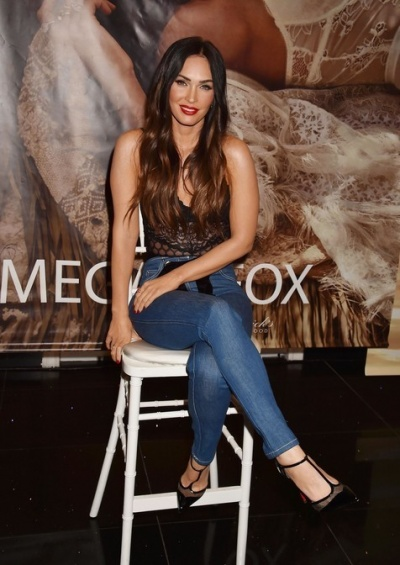 Меган Фокс представила свою линию нижнего белья в кружевном боди
