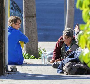 Разговоры по душам: Джастин Бибер пообщался с бездомными и угостил их