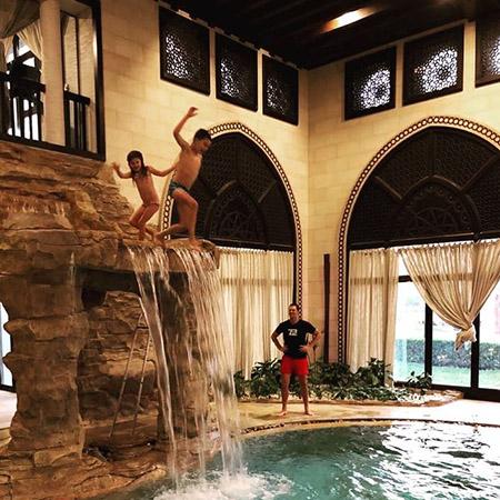 Жизель Бундхен с семьей наслаждается экзотическим отдыхом в Катаре