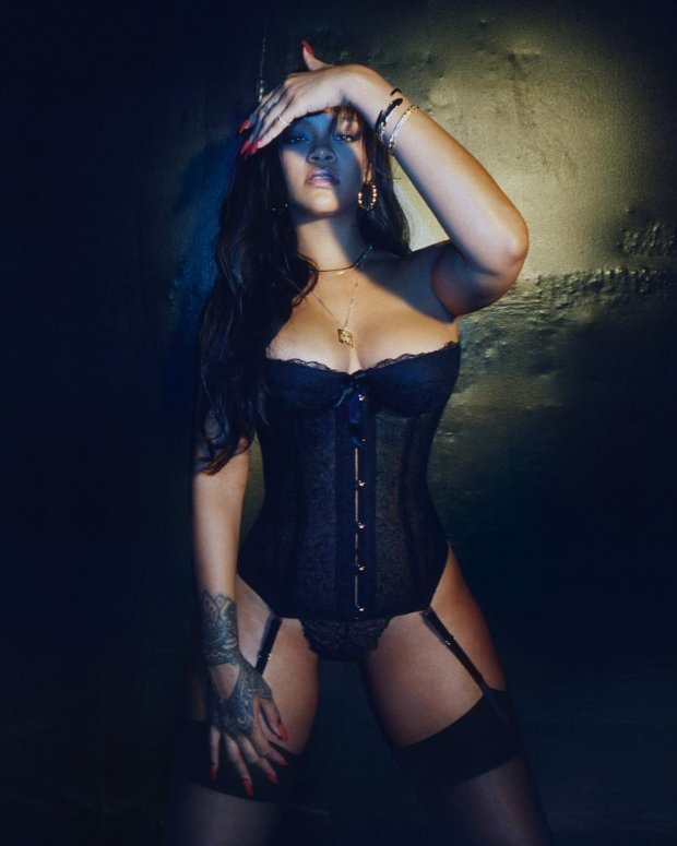 Рианна примерила нижнее белье из своей новой коллекции