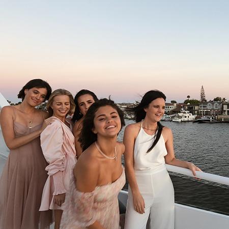 Сползшее с плеч платье и драка тортом на яхте: Селена Гомес отметила 26-летие в стиле девичника