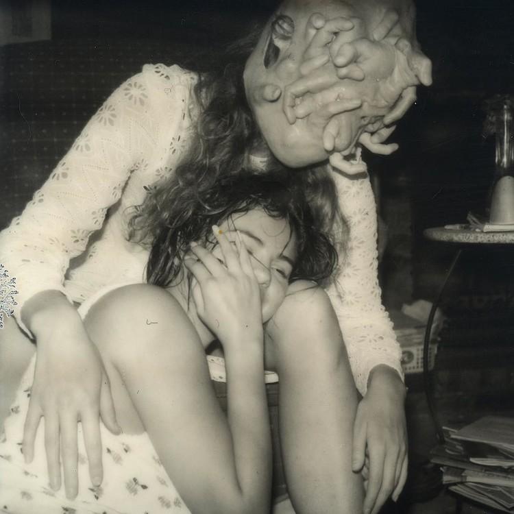 Голая Селена Гомес съела глаз и поигралась чьим-то лицом в ванной