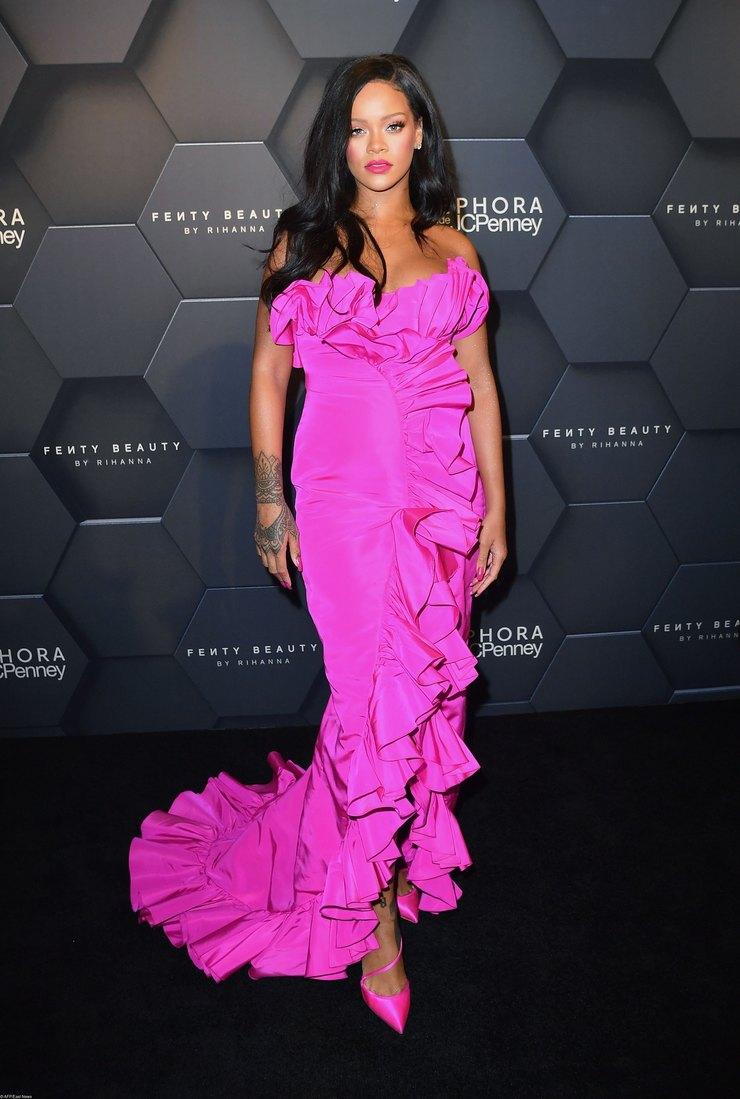 Рианна ошеломила поклонников дерзкой сексуальностью в неоновом платье Calvin Klein цвета фуксии