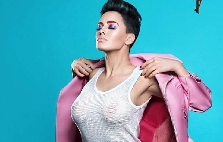 Астафьева продемонстрировала обнаженную грудь