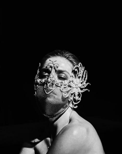 Вера Брежнева удивила фанатов фотографией в необычной маске