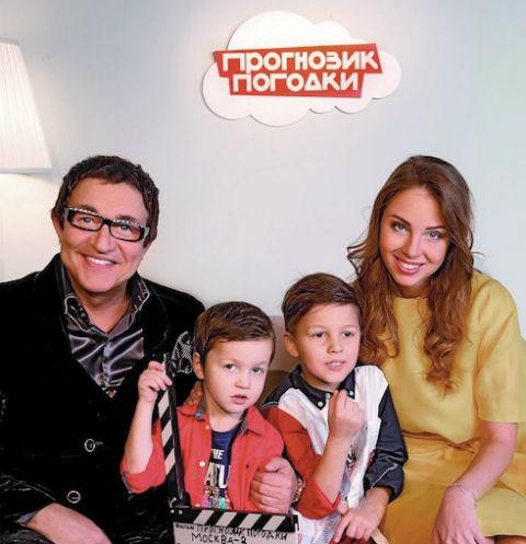 Телеведущий Дмитрий Дибров учит пятилетнего сына своей профессии