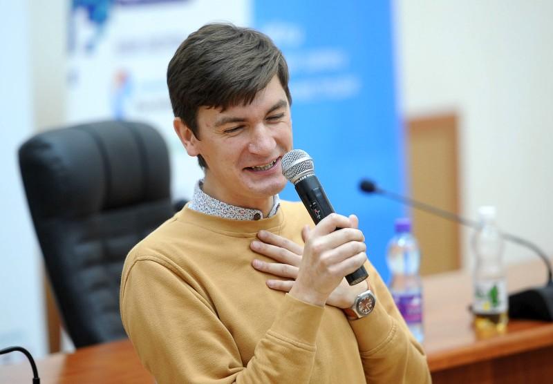 Телеведущий Александр Гудков встречается с собственным стилистом