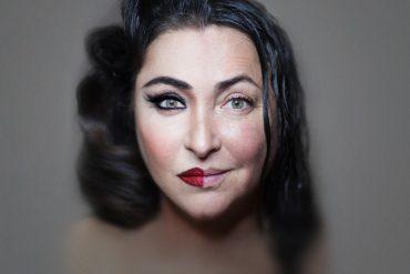 Лолита призналась, что сохраняет внешность исключительно благодаря макияжу