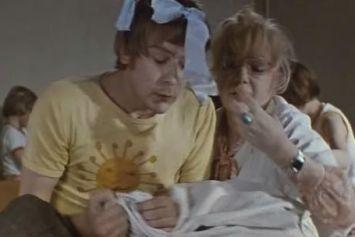 Третий день не спит прислуга, Простому люду тоже туго, Не спят король и королева, Не спят соседи справа,слева: Меган Маркл нужен усатый нянь!