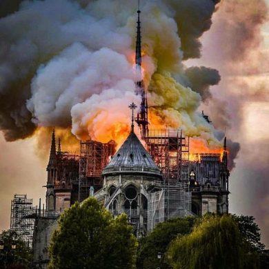 """Пожар в Нотр-Даме разбил мне сердце"" - Артисты и президенты молятся за французов"