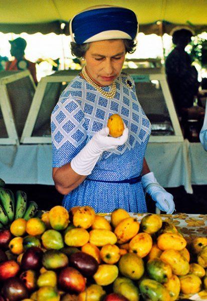 """Елизавете II сегодня 93 - Ее Величество ест грушу ложкой и заявляет: """"Буду здравствовать, пока не сменят Путина"""""""
