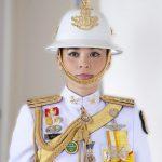 Жена короля Тайланда позирует в военных нарядах