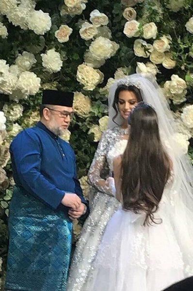 Любовь, как в книжках - модель, принявшая ислам ради любимого, родила ребенку королю, отрекшемуся от престола ради любви к ней...