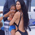 Красивая Ким в черном купальнике (фотографии)