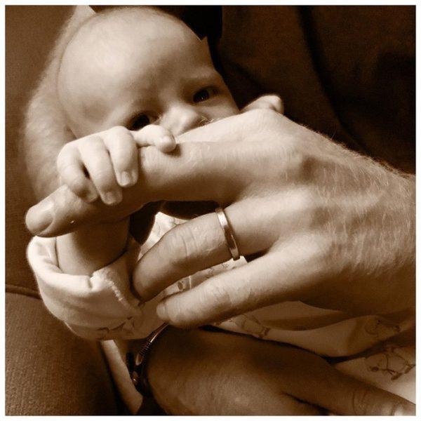 Арчи поздравил папу с Днем отца - новое фото ребенка