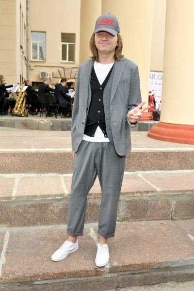 """Скачки: звезды без белья, но с шляпками, Юрий Антонов с девушкой """"Черная роза"""""""