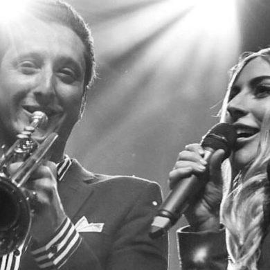 Леди Гага поцеловала в губы своего женатого музыканта прямо на сцене