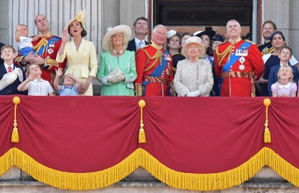 Почувствуйте себя на королевском балконе и познакомьтесь с теми, кого не видели