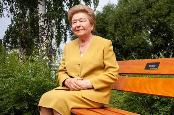 Наина Ельцина рассказала о любви к мужу на открытии памятной скамейки