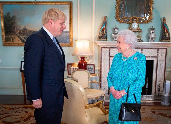 Королева подозрительно посмотрела на него, назначила премьером и уехала в Балморал