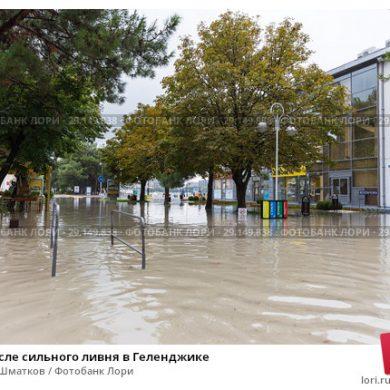 Геленджик: Люди передвигаются по городу вплавь и на матрасах (видео)